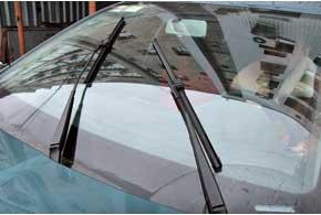 На старых Elantra спробегом около 100 тыс. км может подклинивать механизм стеклоочистителя, из-за чего снижается частота работы дворников.