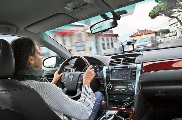 Дизайн салона новой Toyota Camry полностью изменен. Верх торпедо мягкий, обшит кожей. Здорово выглядит строчка на ней. А вот при прикосновении к вставкам под дерево безошибочно угадывается пластик. Меломанам на заметку –  теперь, кроме разъема AUX, в Camry появилось и гнездо для флешки.