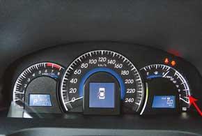 В комбинации приборов теперь стрелочный  указатель  постоянного расхода топлива.