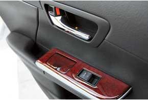 На всех версиях новой Camry теперь есть подсветка дверных ручек.