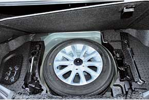 Объем багажника утратил 29 л в сравнении с прежней Camry, но назвать его маленьким язык не повернется.  Под полом полноразмерная «запаска» и все необходимое для ее замены.