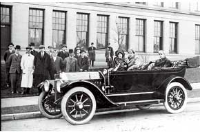 Chevrolet Six. Первенец компании оснащался рядным 6-цилиндровым 40-сильным мотором и3-ступенчатой «механикой».