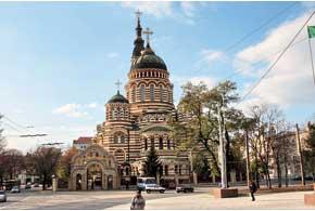 Благовещенский собор построен в 1888–1901 гг., пл. Карла Маркса, 1. В 1993 году в собор были помещены мощи священномученика Александра (Петровского), харьковского архиепископа, репрессированного в 1938 году.
