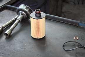 Корпус для сменного бумажного элемента масляного фильтра интегрирован непосредственно в блок двигателя. Закрывается фильтр массивной пробкой.