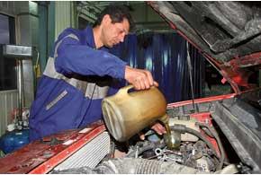 Так как надилерские СТО масло поставляют в 200-литровых бочках, стоимость 6 литров масла оказалась на уровне цены 5-литровой канистры.