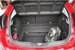 Багажник вырос на 22 л. В европейских авто без запаски центральная часть пола легким движением руки опускается вниз, увеличивая глубину багажника и общий объем – с 401 до 477 л.