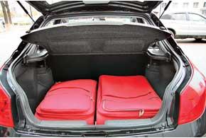 Несмотря на довольно большую погрузочную высоту багажника, он очень вместителен и практичен благодаря кузову лифтбек.