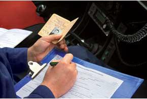 Инспектор обязан сделать запись в протоколе об админправонарушении.