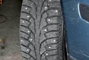 Хотя при вывороте колес вероятность выпадения шипов меньше, чем при резком торможении и разгоне, поворачивать колеса все равно лучше в движении.