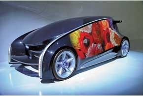 Toyota Fun-Vii – модель, демонстрирующая возможности общения автомобиля с другим транспортом ислюдьми. Владелец может изменить расцветку боковины кузова с помощью смартфона– точно так же, какон меняет «обои» рабочего стола компьютера.