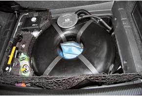 Торроидальный баллон с газовым насосом занял место запаски, а сама запаска расположилась в фирменной сумке Vialle.