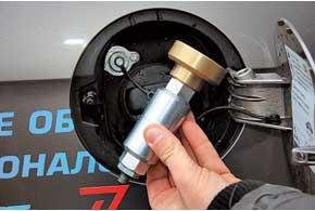 Заправочный вентиль установили рядом с горловиной бензобака, но для заправки нужен удлинитель-переходник скерамическим фильтром.
