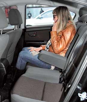 Галерка «троек»  просторнее – сзади больше места для ног, да  и троим сидеть здесь будет удобнее.