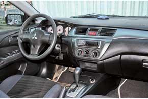 Об активном темпераменте Lancer напомнит 3-спицевый руль и белые шкалы приборов, а у версий Sport – фирменный руль Momo (на фото), ярко-алая подсветка приборов ипередние кресла сразвитой поддержкой.