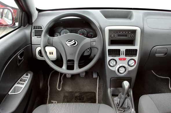 При включении 3-й передачи водители могут случайно нажать  кнопку  открытия багажника. Завод обещает устранить этот просчет, изменив геометрию рычага КП.
