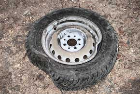 Поврежденный стальной диск вдороге хорошо отрихтовать невозможно, новнего можно установить камеру идобраться до СТО или шиномонтажа.