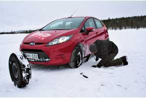 Что делать, если вы на зимней дороге повредили одно или несколько колес? Можно попрактиковаться в самостоятельном ремонте, вспомнив ряд рекомендаций «автогуру», либо поискать иные способы добраться до шиномонтажа.