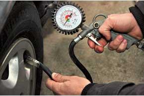 Вероятность повреждения диска и боковины шины заметно возрастает при пониженном давлении воздуха.