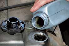 Если ваш автомобиль эксплуатируется в штатных режимах, наиболее разумно использовать масло, вязкость которого соответствует рекомендациям производителя. Более вязкое масло приведет к повышению внутренних насосных потерь в двигателе, а следовательно – к росту расхода топлива.
