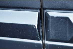 Краска на защитных пластиковых молдингах боковин дверей может скалываться.