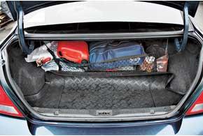 Объем багажника Almera Classic в 460 л – один из наибольших среди конкурентов: седан Kia Cerato – 345 л, Chevrolet Lacetti– 405 л, Hyundai Elantra – 415 л. Существенный недостаток – нетрансформируемые задние сиденья.