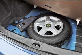 Удобно, что «запаска» – полноразмерное колесо. В дорогих версиях есть лючок для длинномеров под задним подлокотником.