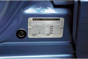О том, что Almera Classic выпускается не компанией Nissan, а автоподразделением Renault – Samsung Motors, говорит заводская табличка на кузове.