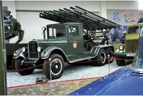 Легендарная «Катюша» – боевая машина БМ-13, выпускала 16 ракет калибра 132 мм нарасстояние до 7,9 км. Шасси ЗИС-6 (1941г.) (6 цил., 5,55л, 73л.с., 55 км/ч).