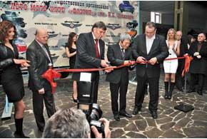 Торжественно открыл автомобильный музей мэр города Александр Син (в центре), перерезав традиционную ленточку.