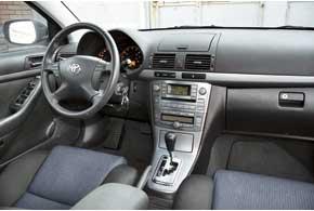 Оформление салона Avensis не удивит дизайнерскими изысками, однако внутри удобно, а претензий к качеству нет. У всех версий – оптитронный щиток приборов (есть и на Primera с 2004 г.).