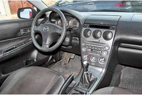 Активный темперамент Mazda6 точнее всего отражен в оформлении салона: 3-спицевый руль, круглые элементы щитка приборов и центральная консоль, окрашенная под алюминий.