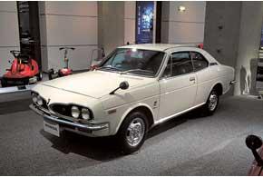 На базе одноименного седана строили стильную Honda 1300 Coupe с тем же популярным мотором-«воздушником». Салон обогревался воздухом отсистемы охлаждения двигателя.