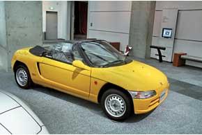Среднемоторный родстер Honda Beat «льготного» японского  kei-стандарта (до3,4м) оснащали 3-цилиндровым 12-клапанным мотором в 0,656 л и 64 л. с.
