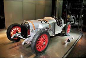 Работая автомехаником, юный Соичиро Хонда всвободное от работы время строил гоночный автомобиль, накотором в 1936 году поставил японский рекорд скорости – 120 км/ч.