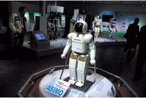 Впервые робот Asimo появился более десяти лет назад. Его нынешняя версия умеет прыгать на одной  ноге, бегать соскоростью 9км/ч и наливать напитки.
