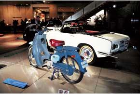 Honda Super Cub C100 с экономичным четырехтактным мотором была самой массовой в те годы. Это после нее в Азии имя «Хонда» стало нарицательным для любых мопедов.