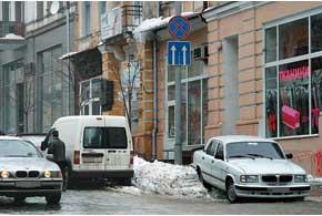 Если машина была припаркована не поправилам, последствия падения сосульки илиснега с крыши станут заботой автовладельца.