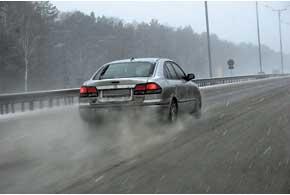 Наличие гололеда на дороге должны зафиксировать и ГАИ, идорожные службы, а иногда и метеорологи.