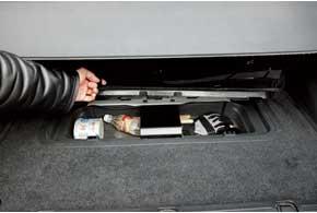 В багажнике Grand Vitara есть удобная ниша под полом для разной мелочевки.