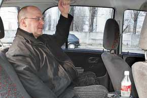 По ширине галерки обоих авто практически одинаковы – могут сесть три человека. Повышают комфорт посадки регулирующиеся спинки сидений.