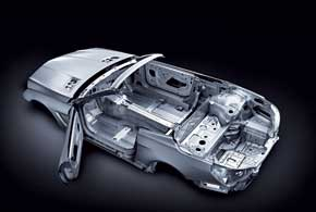 Благодаря алюминиевому кузову, а также использованию различных других ухищрений конструкторам удалось облегчить родстер на125–140 кг в зависимости от модификации.
