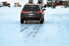 На льду и снегу ABS может значительно увеличить тормозной путь.