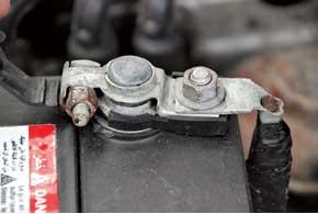 Нужно убедиться, что минусовая клемма имеет хороший контакт с клеммой АКБ, завальцованный в клемму провод не окислился, а сам провод не поврежден на участке около клеммы.