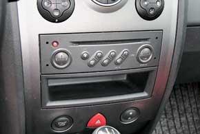 «Глюк»  фирменного оборудования– вхолод «подвисает» и не включается фирменная магнитола с MP3. Чтобы ее «оживить», нужно проделать ряд «хитрых» манипуляций.