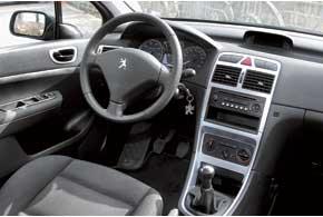 В версиях с кожаной отделкой отмечен разрыв обшивки спинок передних кресел. Возможны проблемы с «поворотниками», водительской airbag, кондиционером, разбалтывание передних кресел внаправляющих.