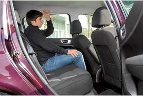 Галерки обоих авто одинаковы – могут сесть три человека среднего телосложения, а места для ног и над головой хватит даже высоким людям.