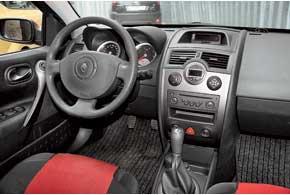 У Megane могут отказать стеклоподъемники, вентилятор системы кондиционирования, водительская подушка безопасности и задний дворник. На версиях с 2006 года может скрипеть торпедо в районе лобового стекла.