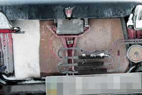 Самые продвинутые, сняв декоративную решетку радиатора, вводят внутрь тепловой экран, другие обклеивают передок скотчем, а третьи вообще «утепляют» радиатор, заехав передком в мягкий сугроб.