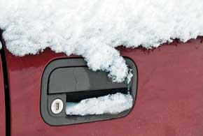 Пластиковые ручки дверей во многих бюджетных автомобилях и старых иномарках во время обледенений часто остаются в руках владельцев или пассажиров, пытающихся быстрее сесть в машину.
