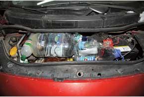 Например, один кулибин набирает кипяток в четыре – шесть двухлитровых пластиковых бутылок, размещает их в моторном отсеке и закрывает капот.